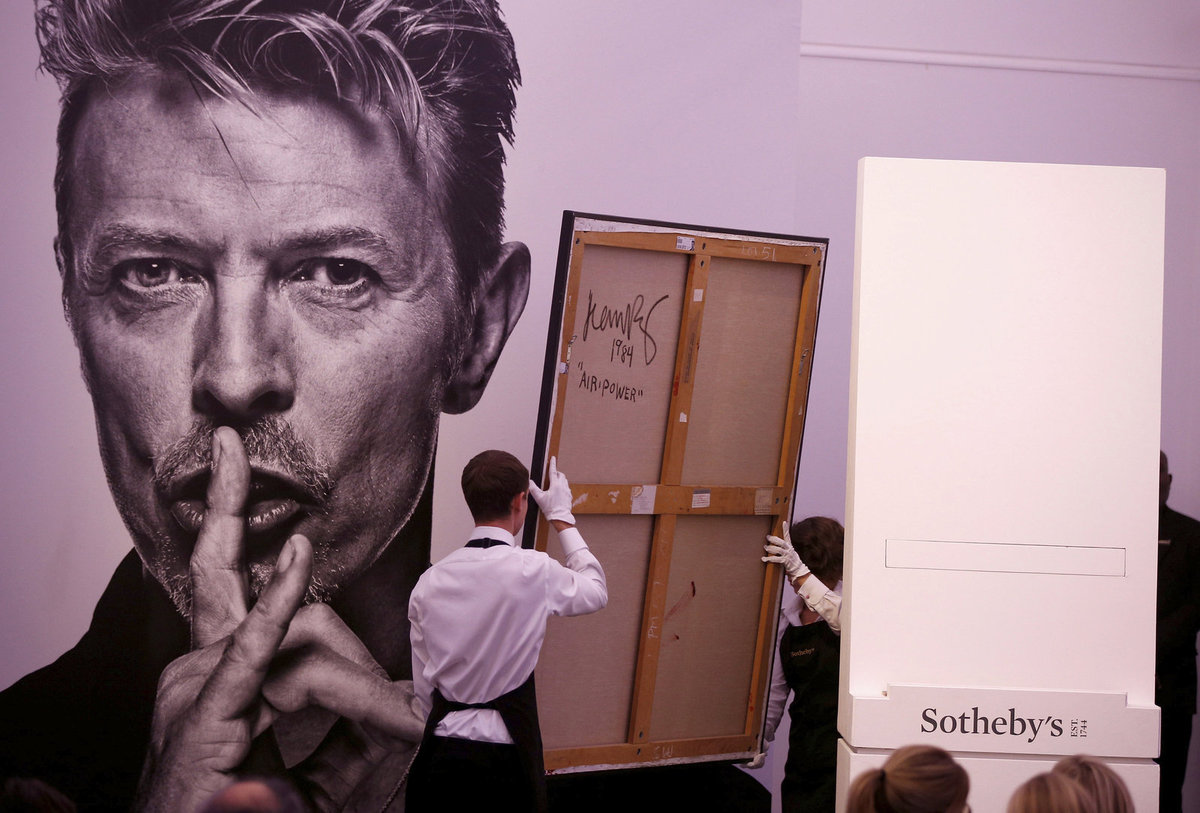 Dražba děl Davida Bowieho v aukční síni Sotheby's.