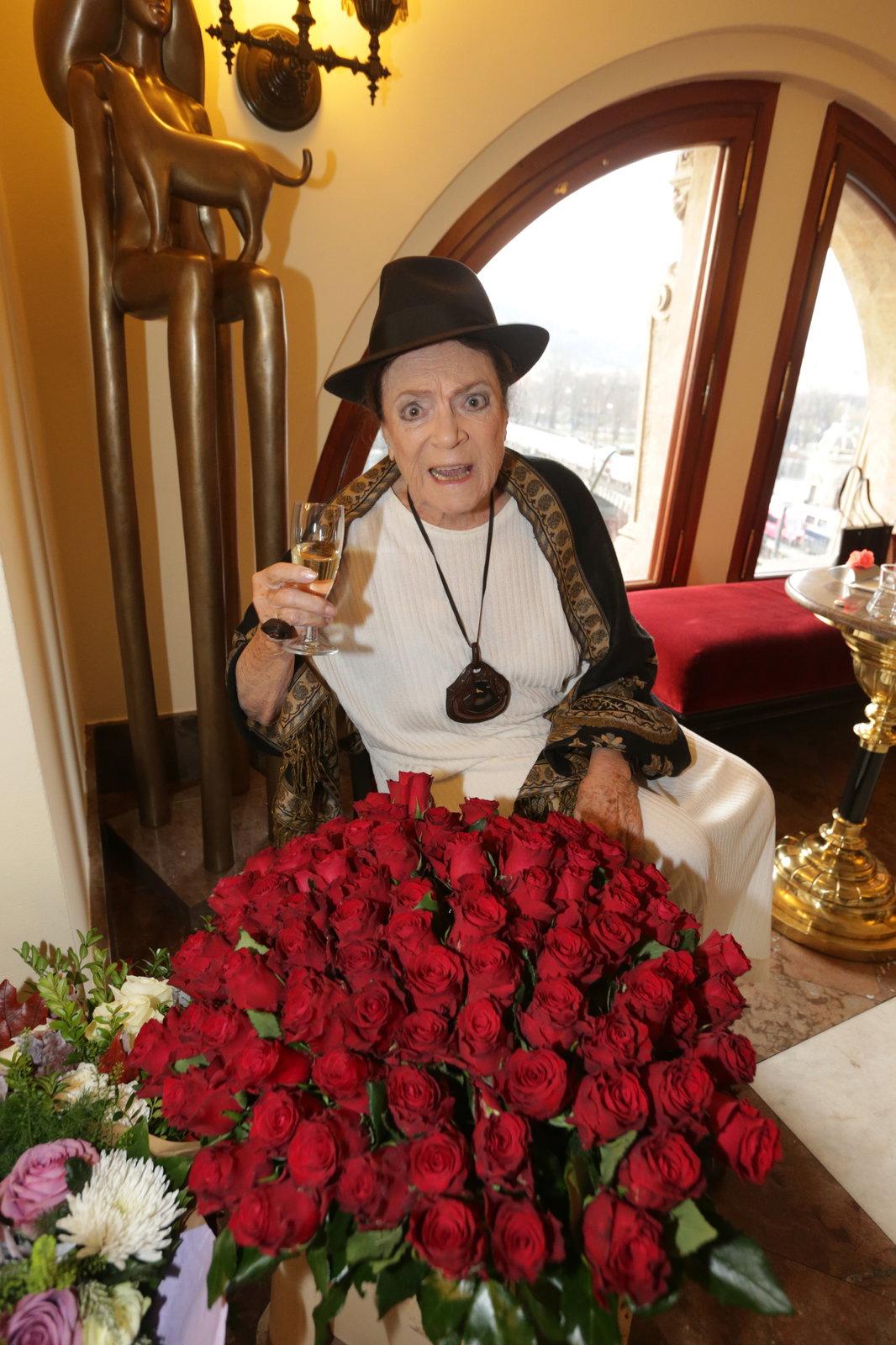 Vlasta Chramostová dostala od kolegy Davida Prachaře k devadesátinám pugét z 90 růží.