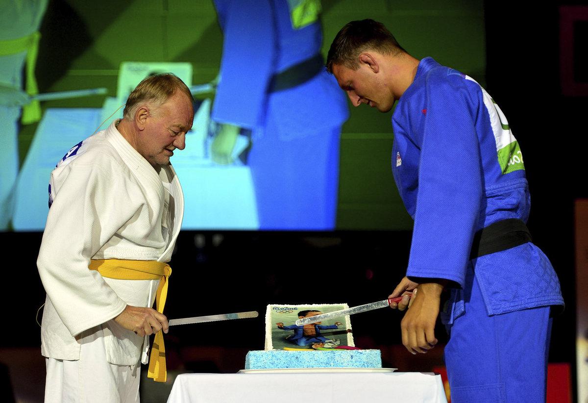 Luděk Sobota a Lukáš Krpálek krájí dort při vyhlášení ankety Judista roku