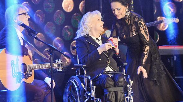 Lucie Bílá předává Marice Gombitová svého Zlatého slavíka.