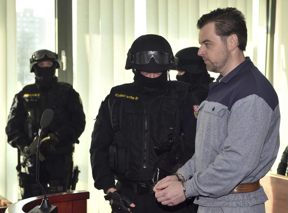 Petra Kramného přivedli před soud ozbrojenci.