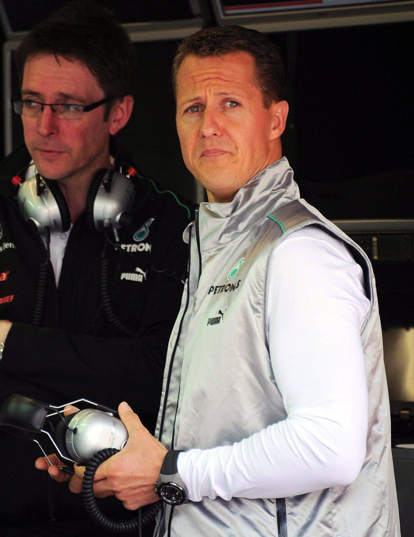 Michael Schumacher je prý momentálně hospitalizovaný v Paříži.