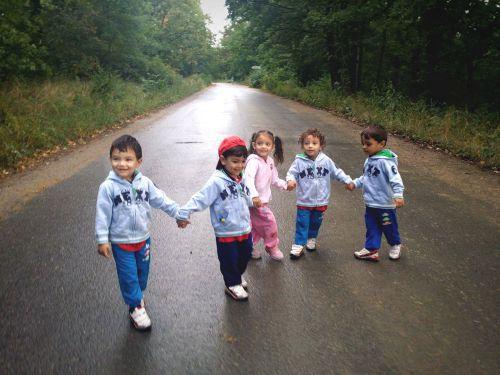 Bylo nás pět. Prckové na procházce.