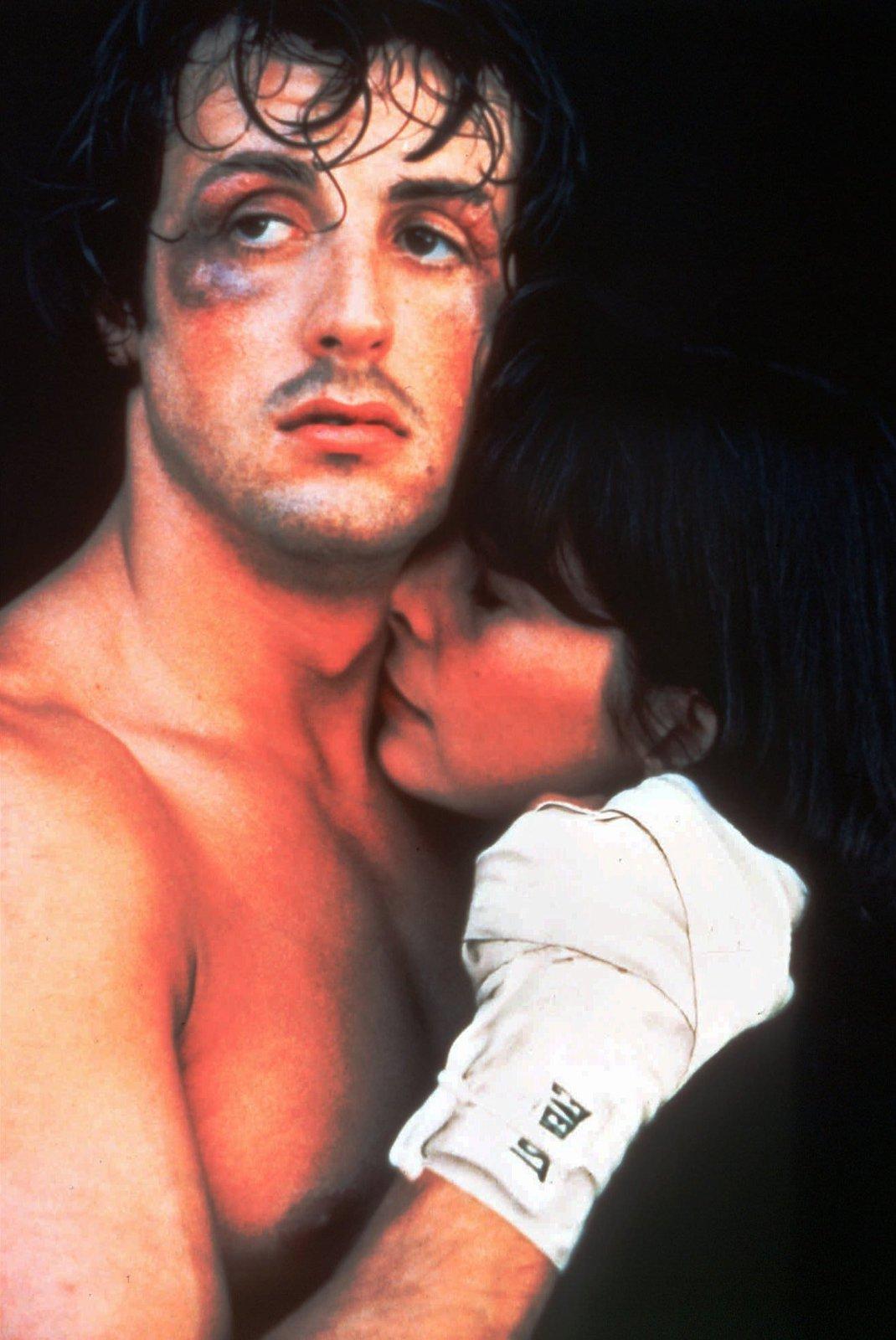 Sylvester Stallone v roli boxera jménem Rocky Balboa.