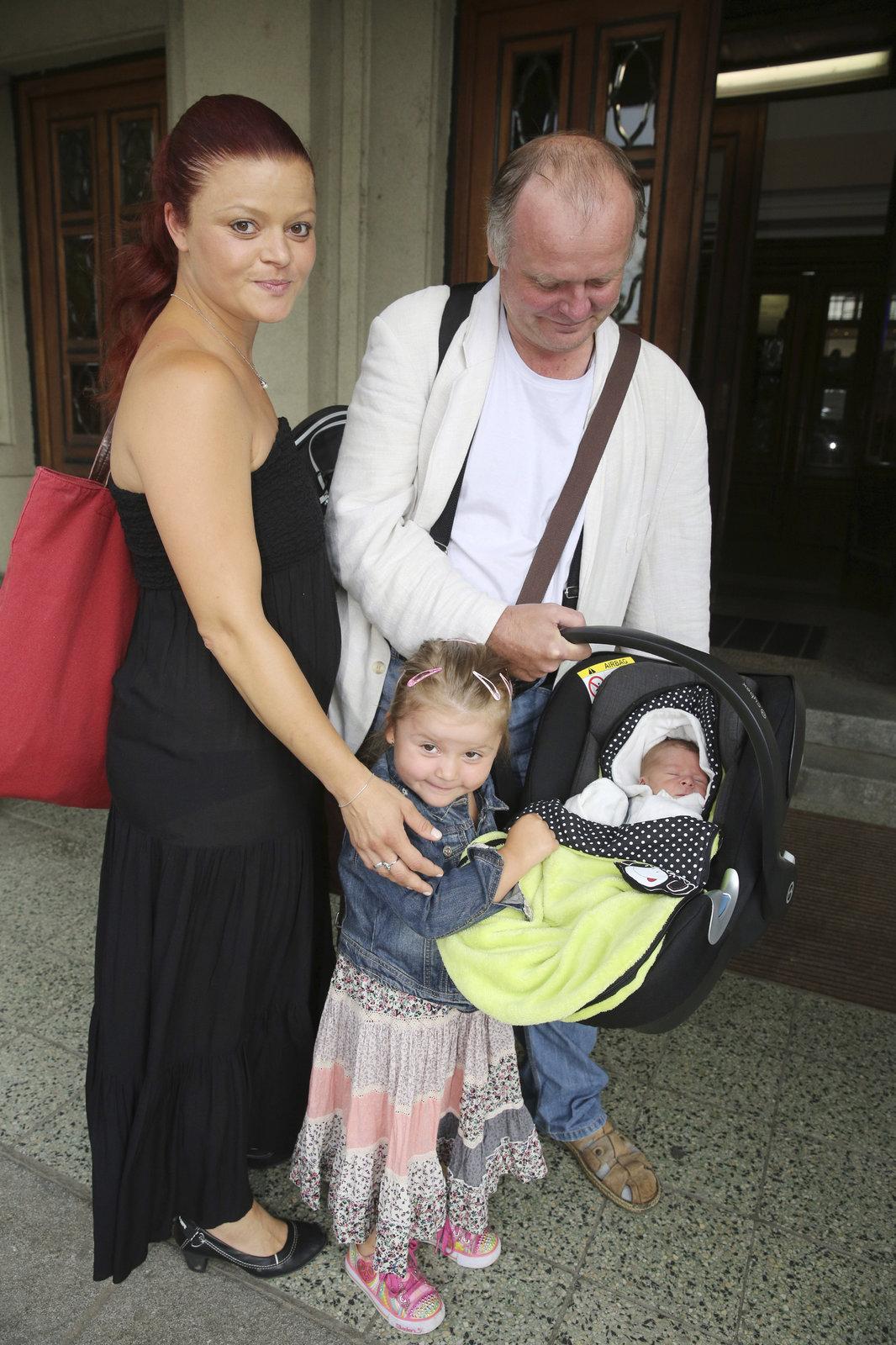S manželkou a dcerou Toničkou krátce po narození Lojzíka.