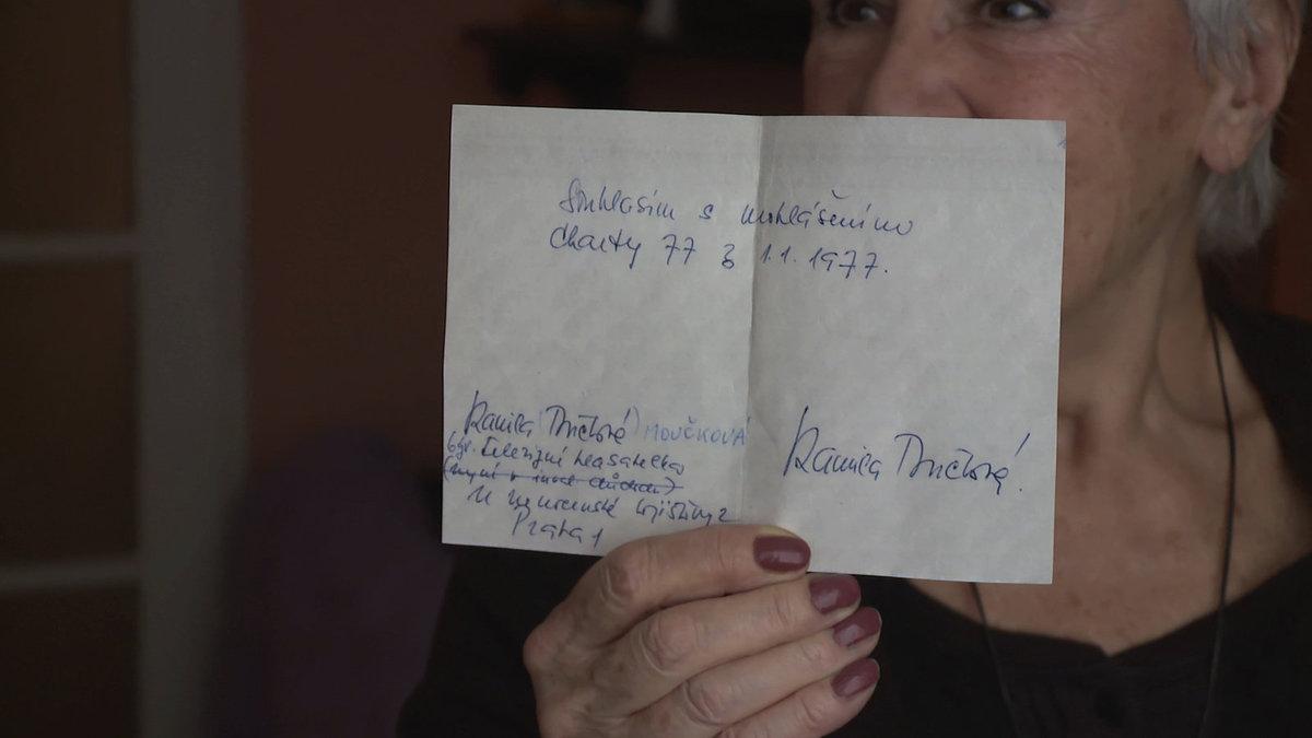 Kamila Moučková s podpisem pod Chartu 77