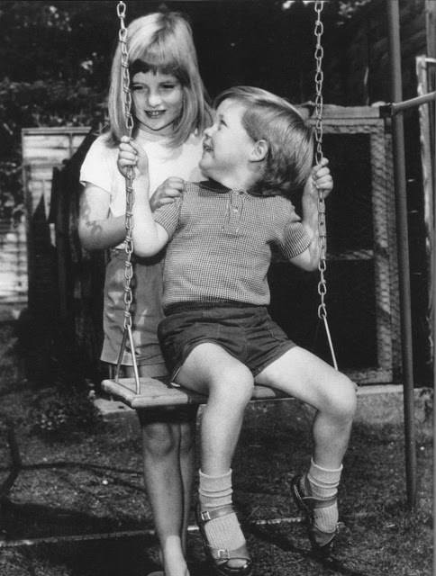 Diana si hraje s bratrem Charlesem (1967).