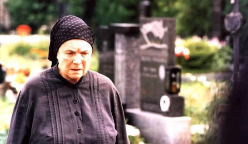 1998: Vlasta Chramostová ve filmu Je třeba zabít Sekala