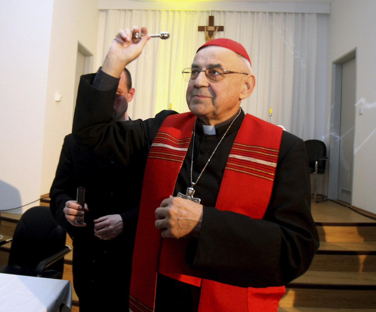 Kardinál Vlk podlehl rakovině. Z plic se rozšířila do kostí.Vše prozradilo bolavé rameno. Se smrtí byl smířený