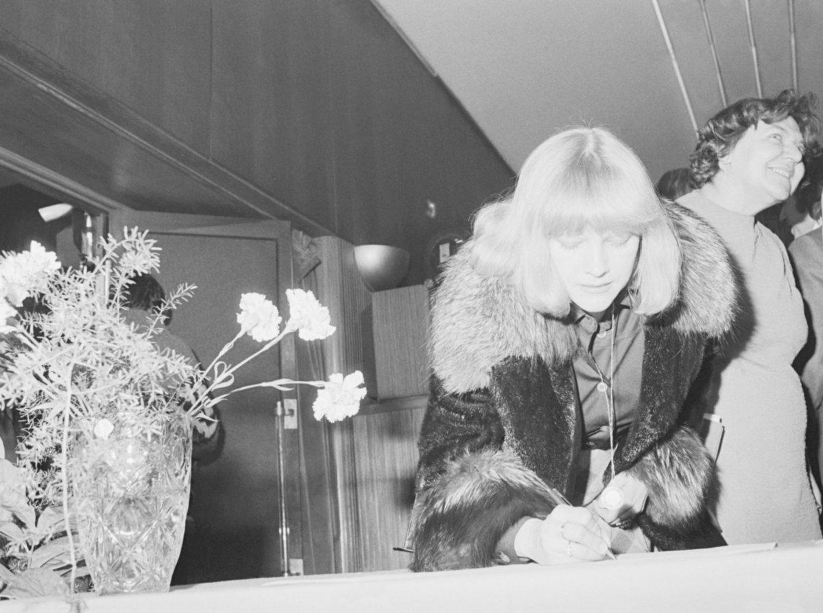 Eva Pilarová při podpisu Anticharty