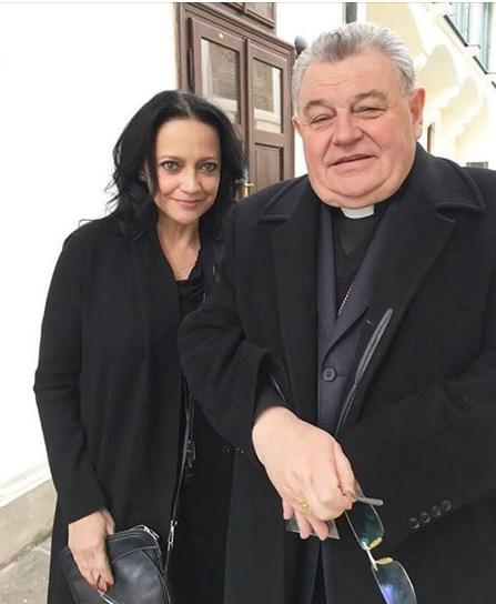 Zpěvačka Lucie Bílá se vyfotila s kardinálem Dominikou Dukou.