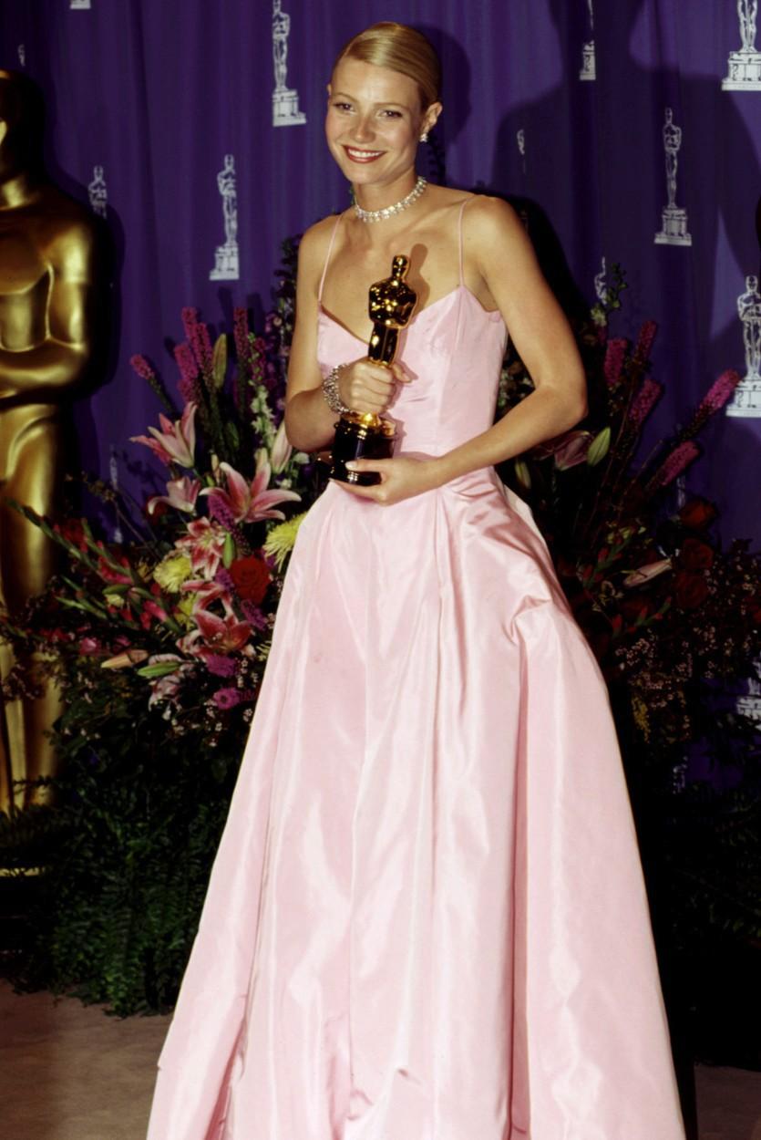 Gwyneth Paltrow v roce 1999 a růžové róbě od Ralpha Laurena