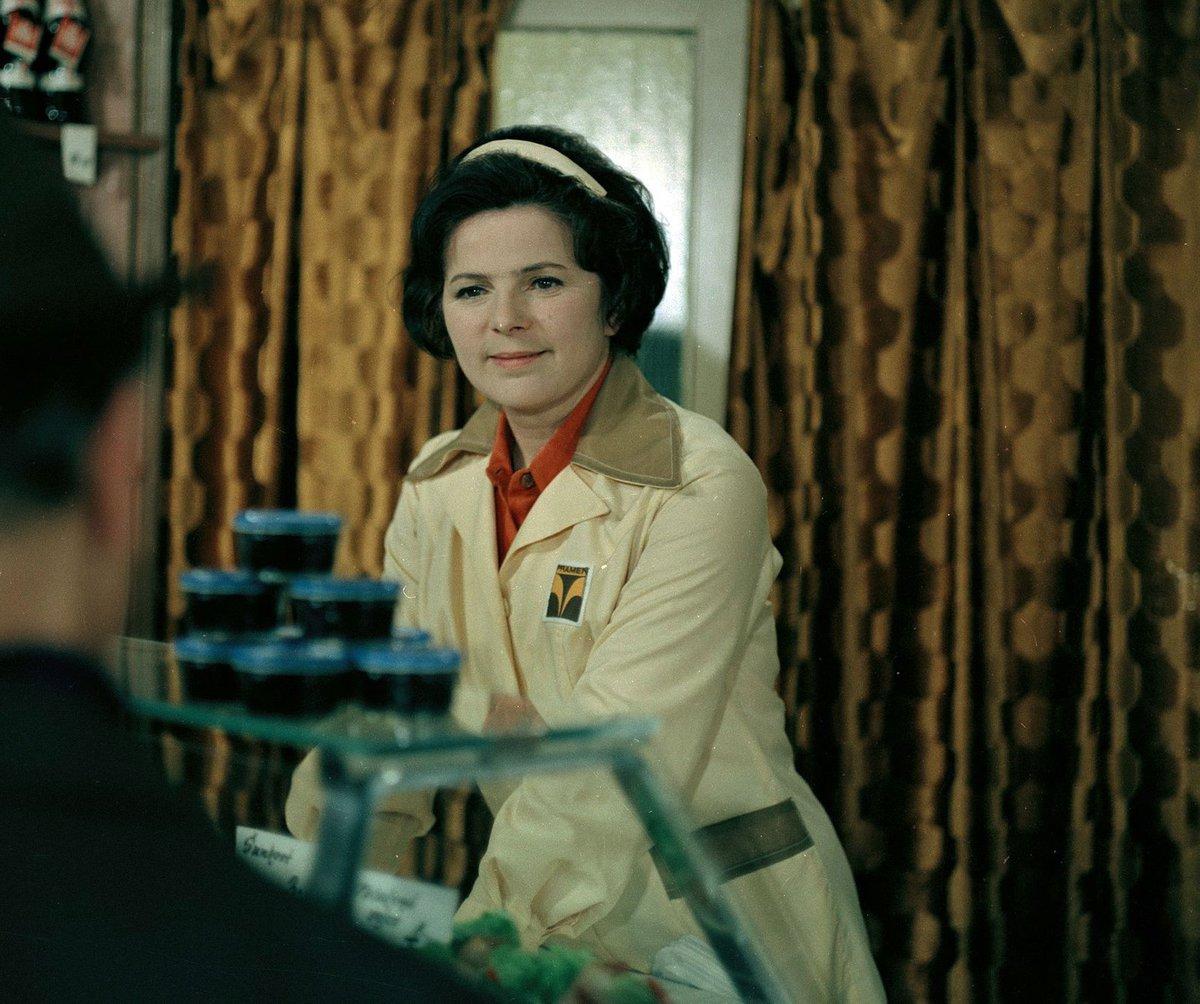 Jiřina Švorcová ve své nejslavnější roli v seriálu Žena za pultem.