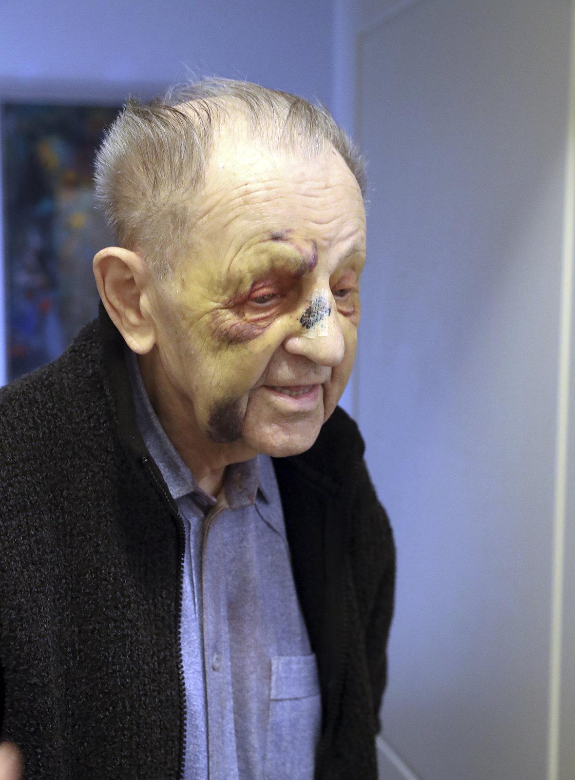 To je ale tuhý kořínek! Jakešovi je 94, ale přežil režim i srážku s autem. A tvrdí, že mu vlastně skoro nic není!