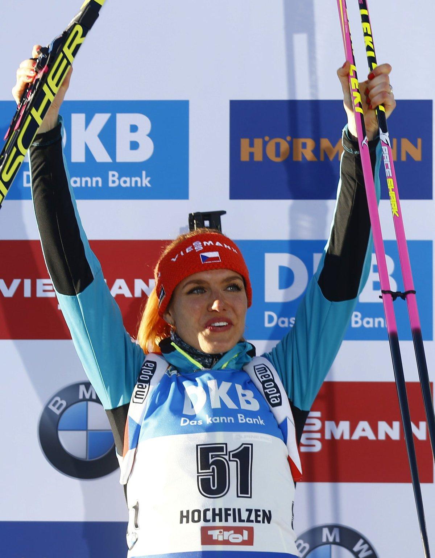 Gabriela Koukalová na stupních vítězů po vytrvalostním závodě na 15 km
