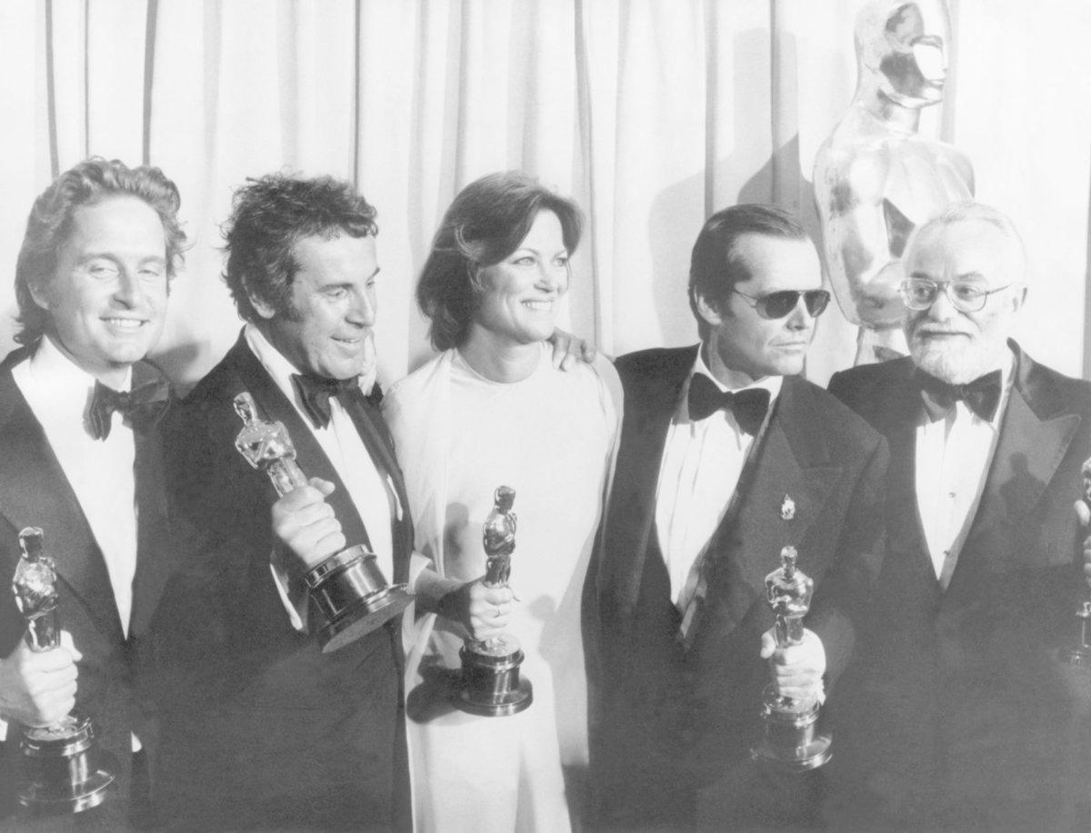 Miloš Forman sklízí Oscary za Přelet nad kukaččím hnízdem - zleva - producent Michael Douglas, režisér Miloš Forman, »Velká sestra« Louise Fletcher, Jack Nicholson, producent Saul Zaentz.
