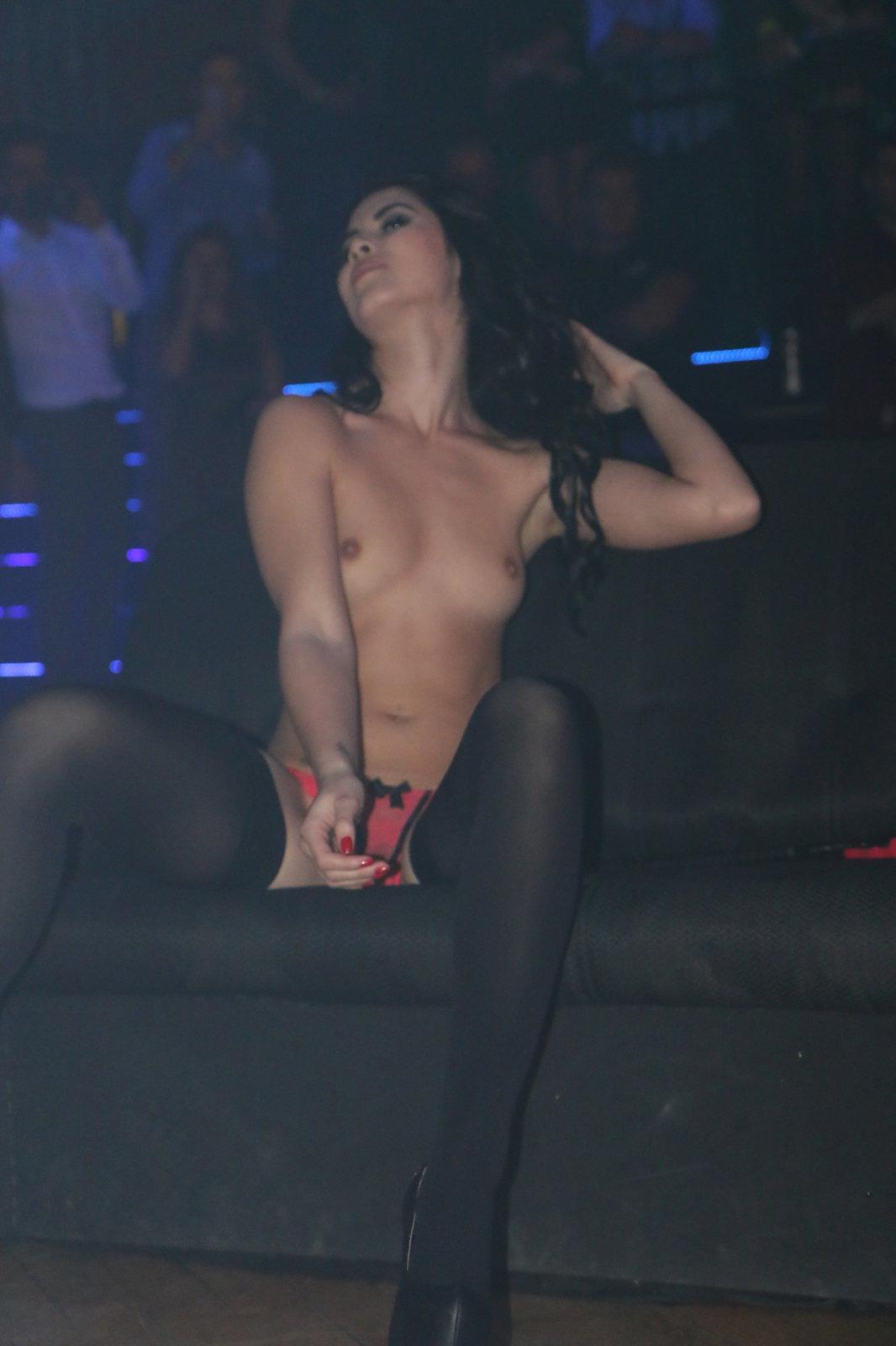 Šťavnatou show předvedla návštěvníkům hodonínského pornoplesu Lady Dee. Ples moderoval Robert Rosenberg, který bavil diváky soutěžemi a moderováním.
