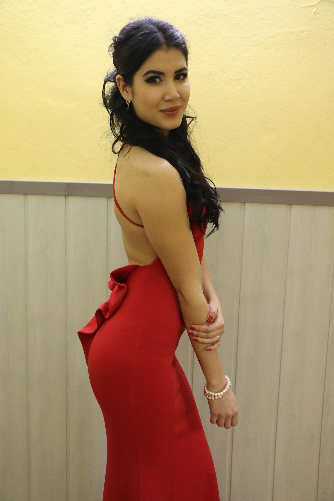 Lady Dee se na pornoplesu v Hodoníně představila v přiléhavých červených šatech.