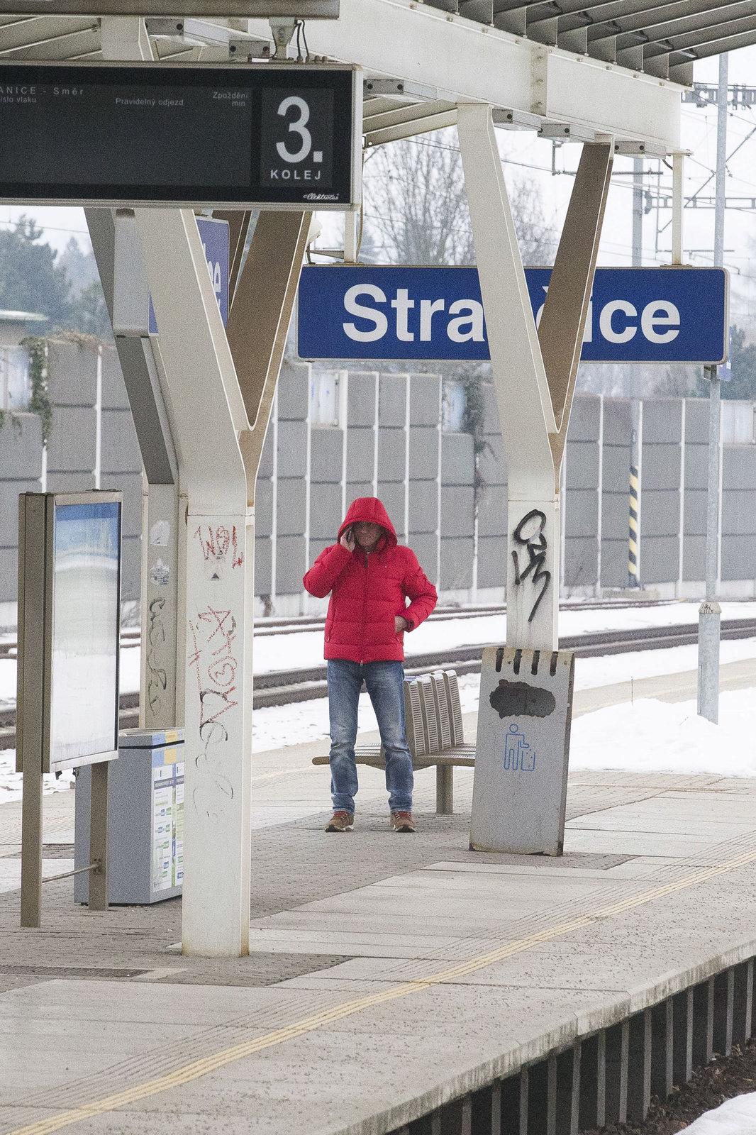 Jan Čenský čekal na nádraží ve Strančicích na vlak do Pyšel.