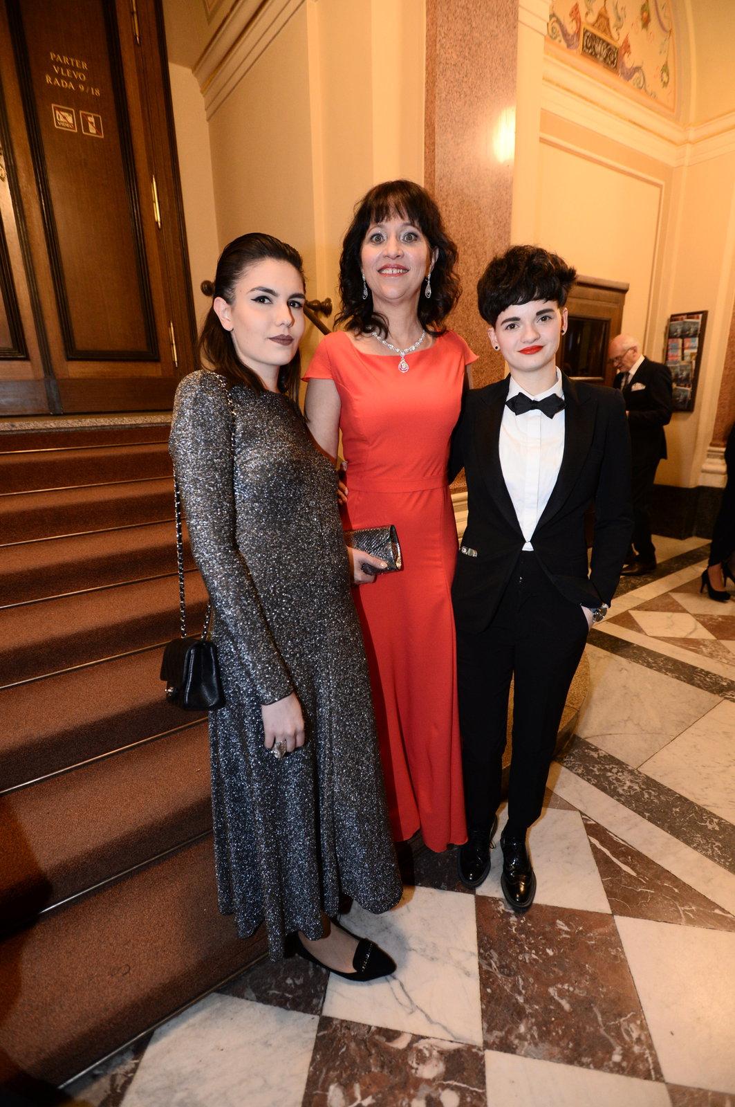 Alena Mihulová s dcerou Karolínou a její přítelkyní