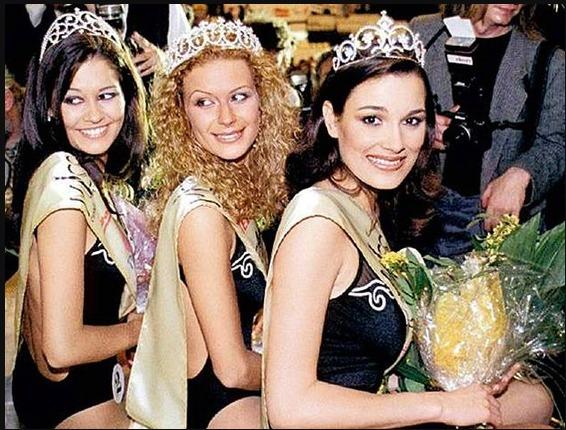 Miss ČR 1998 Kateřina Stočesová s 1. vicemiss Alenou Šeredovou (vpravo) a 2. vicemiss Petrou Faltýnovou.