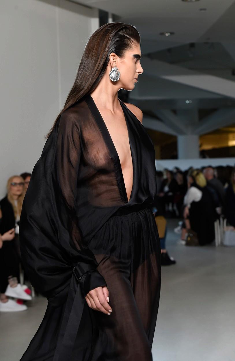 Aneta Vignerová s odhalenými prsy v modelu od Michala Kovačika.