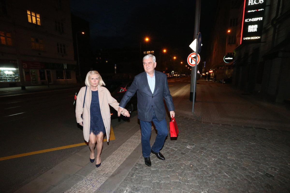 Jiří Bartoška slaví narozeniny, přišlo mu popřát hodně gratulantů, i Miroslav Donutil