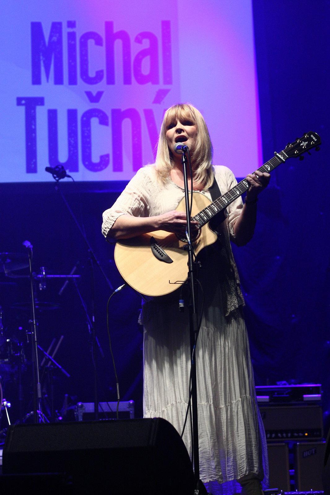 Věra Martinová na koncertě pro Michala Tučného.