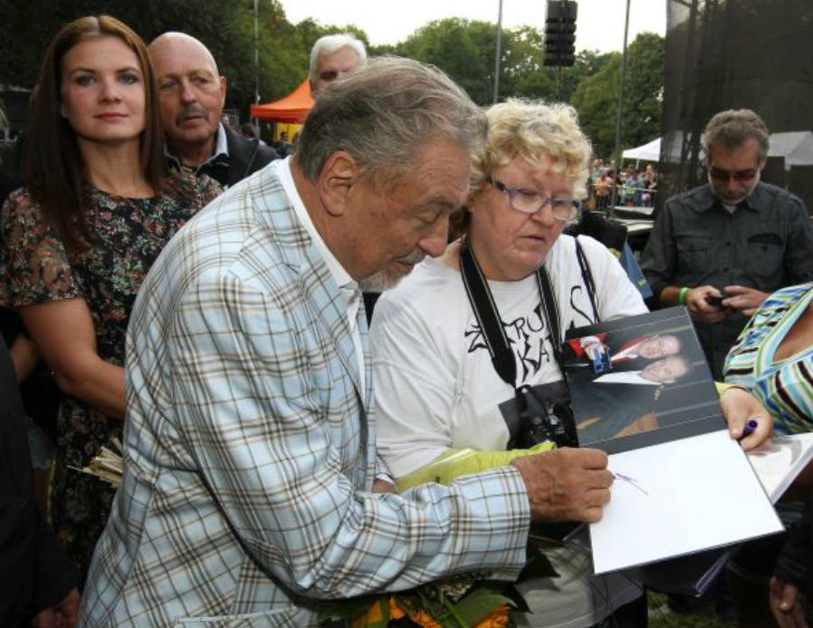 Gott byl po celou kariéru známý tím, že nikdy nikomu autogram neodmítl.