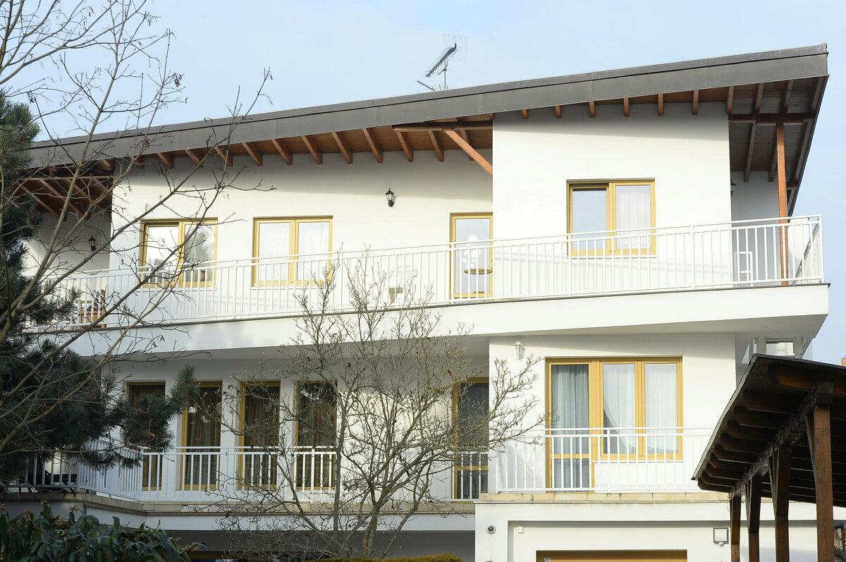 Bára žije s rodiči v rodinné vile v Modřanech.