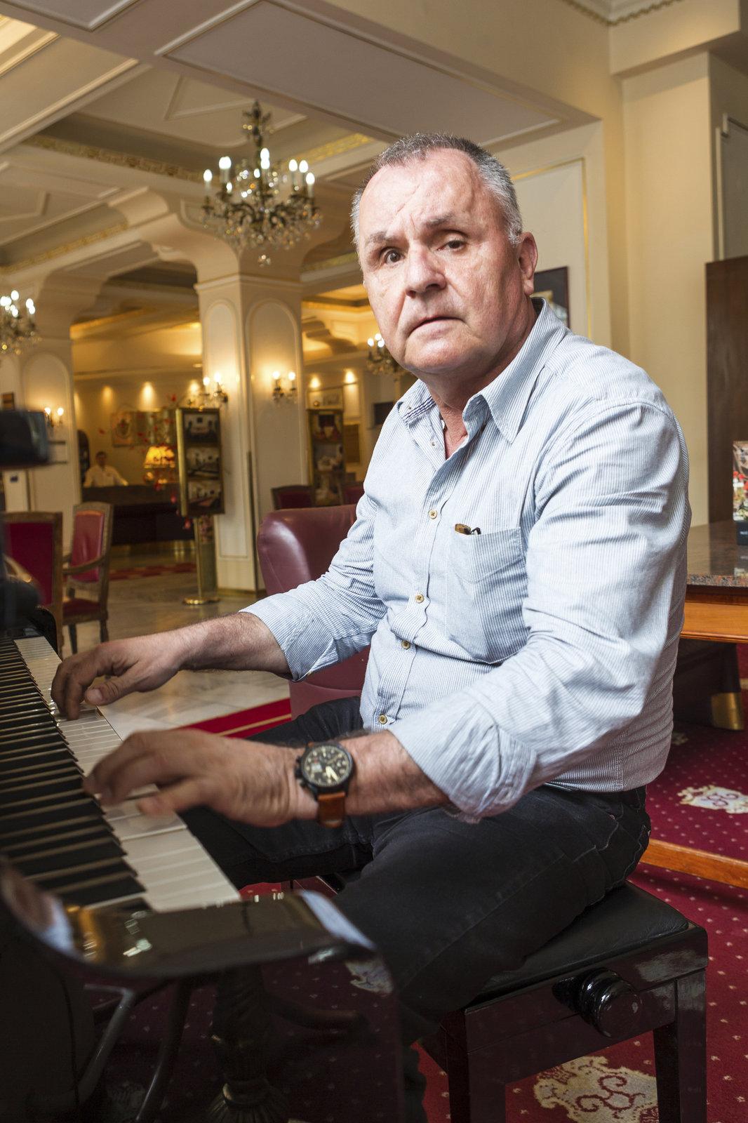 Jožo zahrál na klavír a cizinci v hotelu Ambassador tleskali.