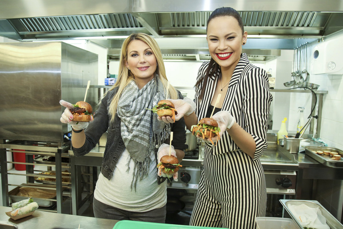 Sandra Parmová si s Monikou Leovou vyrobily hamburgery.