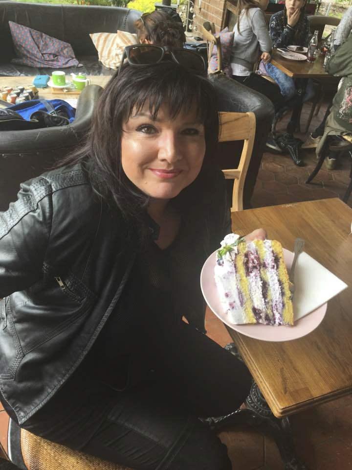 Zpěvačka Šárka Rezková s borůvkovým dortem.