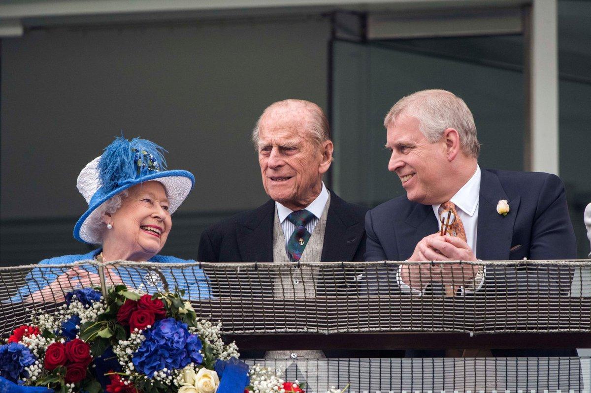 Od září už bude Alžbětu II. doprovázet jen Andrew, Philip už chce svůj klid...