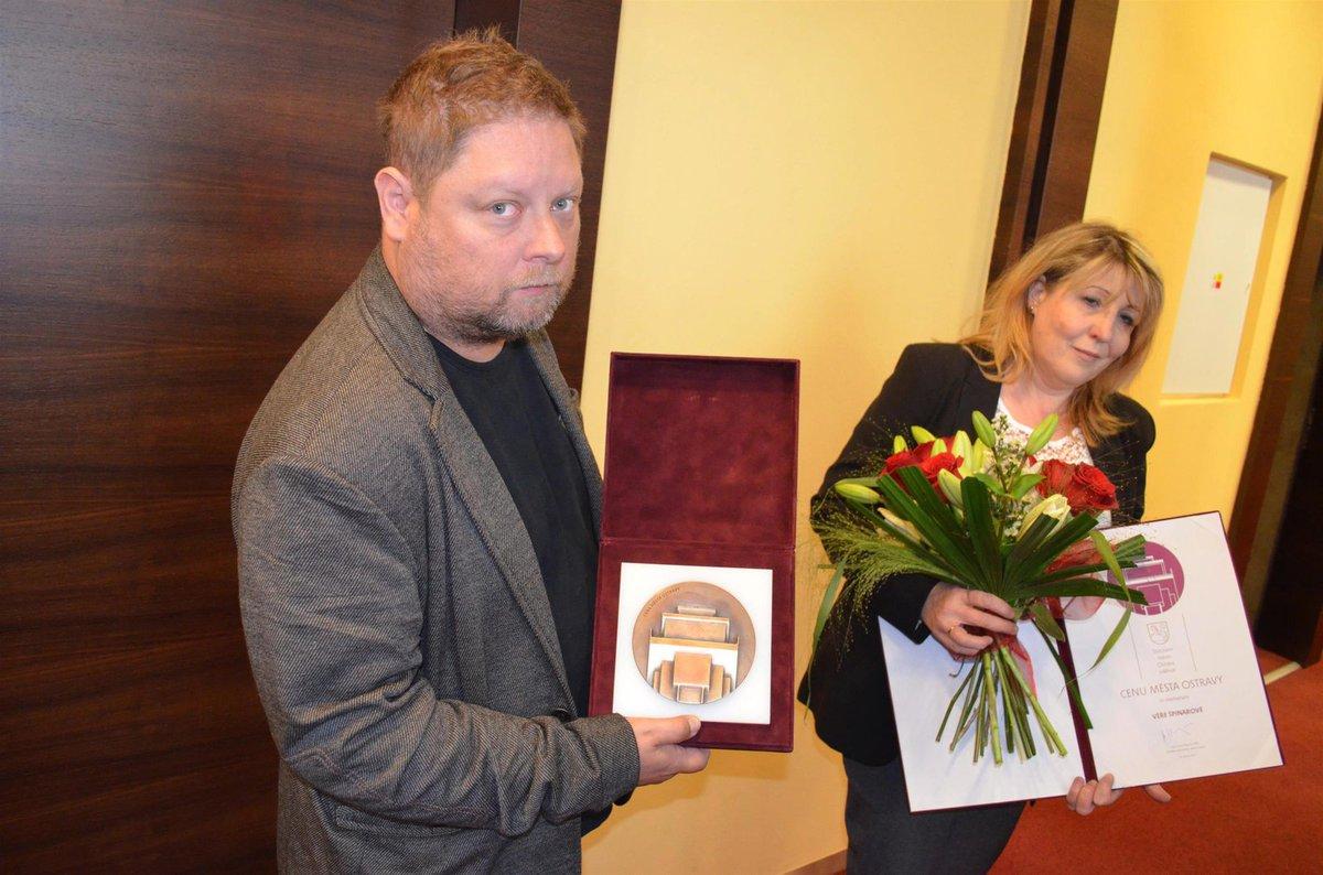 Adam Pavlík s manželkou Jarkou a Cenou města Ostravy, udělenou posmrtně Věře Špinarové (†65).