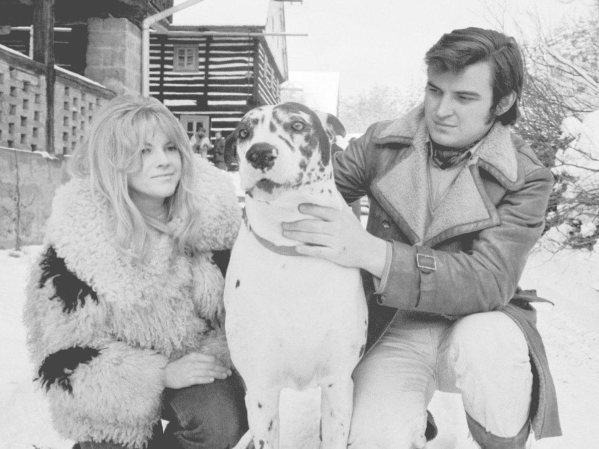 1969 -V roce jejich svatby se zpěvákem Jaromírem Mayerem se zvěčnili se svou dogou Hatynou.