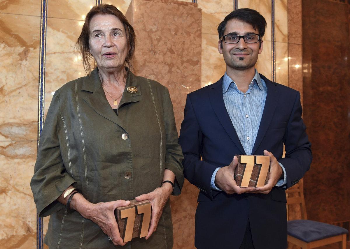 Radek Banga alias Gipsy a spisovatelka Sylvie Richterová s cenami, které děluje Nadace Charty 77