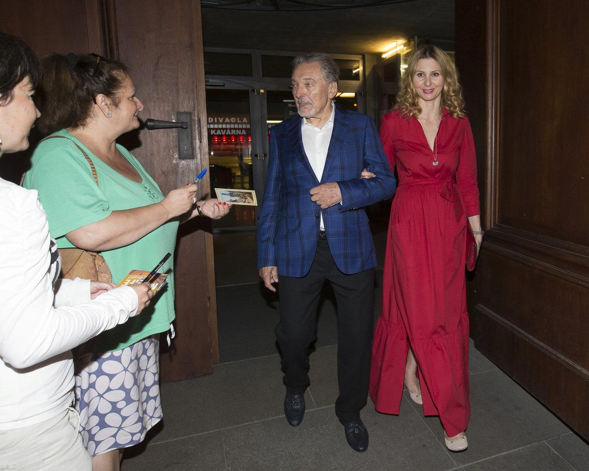 Karla Gotta přijela na koncert vyzvednout manželka Ivany Gottové v rudých šatech.