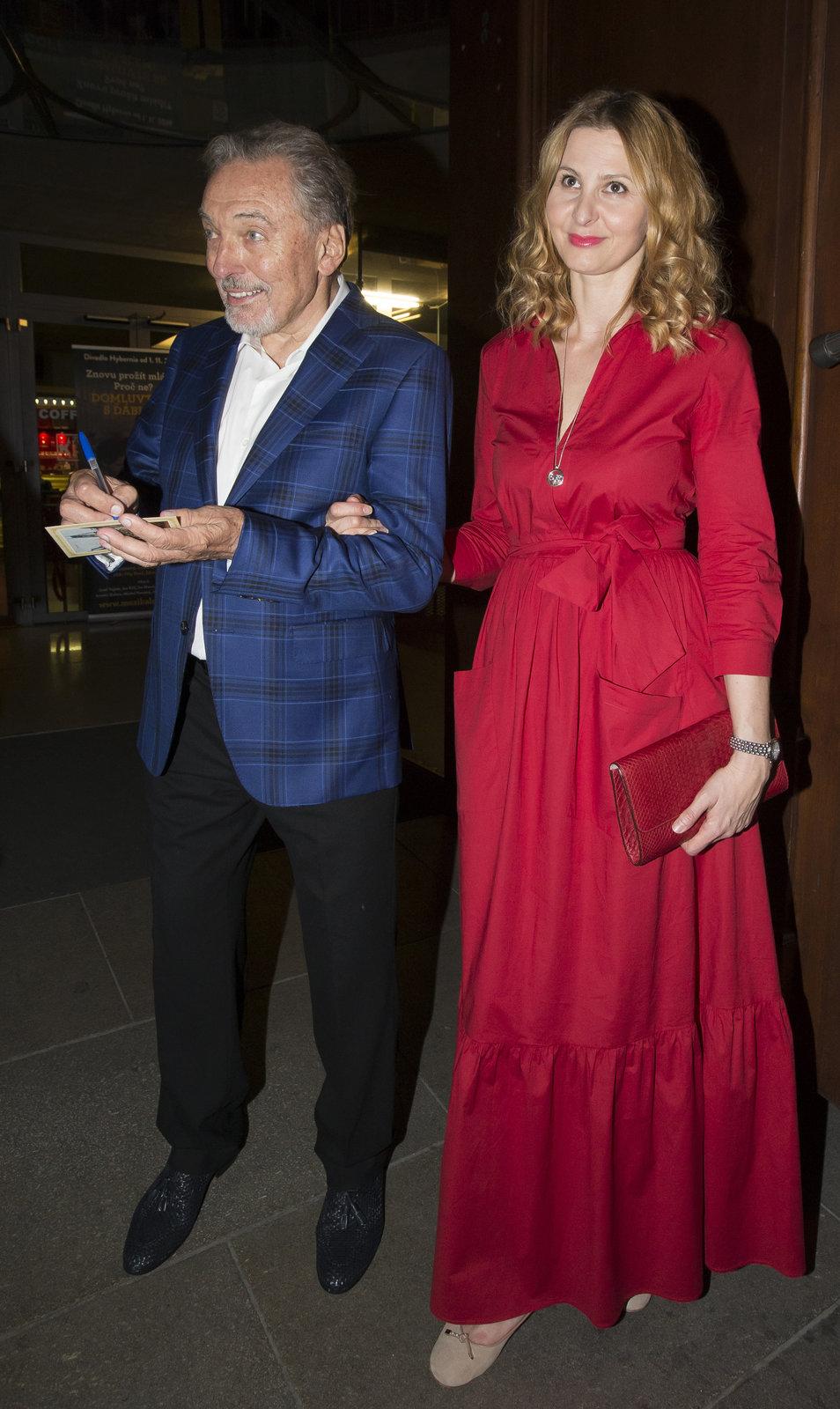 Ivana Gottová se vyfikla do rudých šatů.