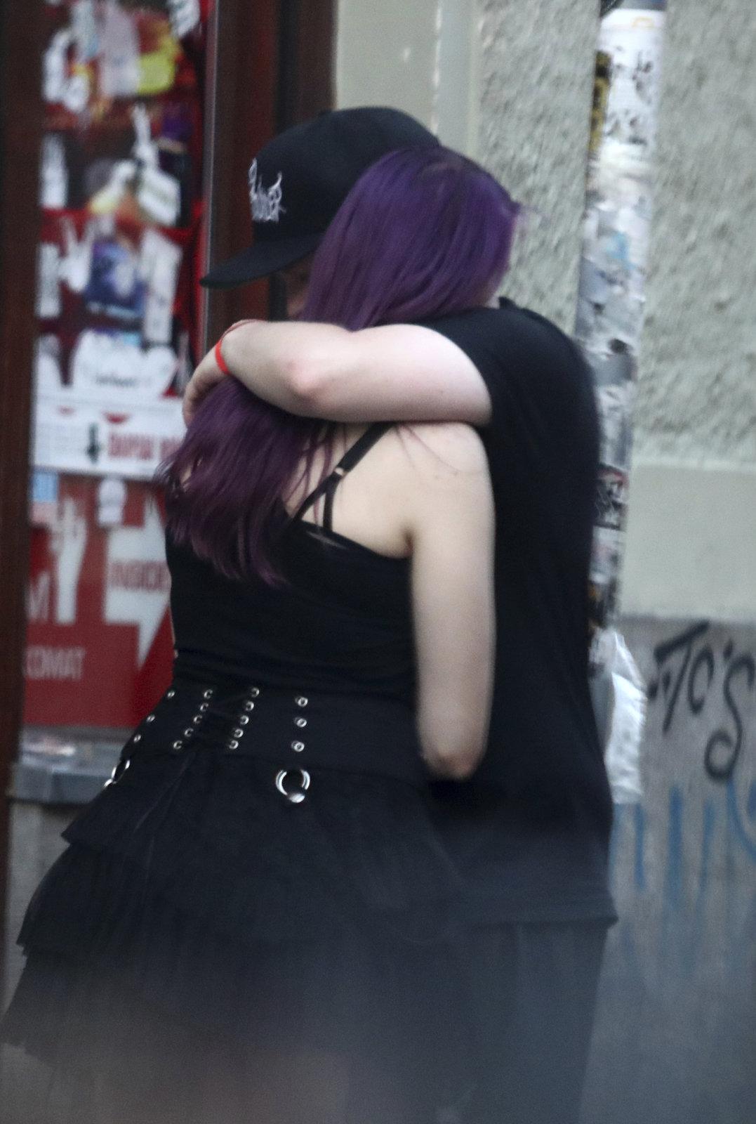Artur Štaidl svou dívku objímal.