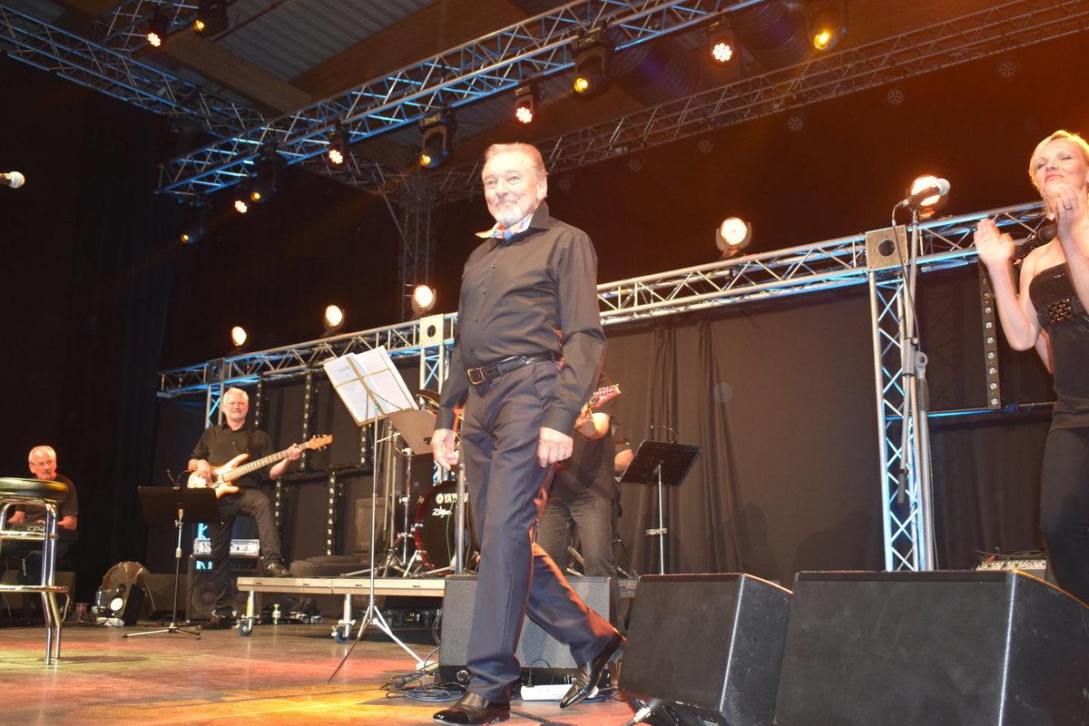 Vystoupení Gotta v Českých Budějovicích: Sotva Karel nakráčel na pódium, rozdával úsměvy.