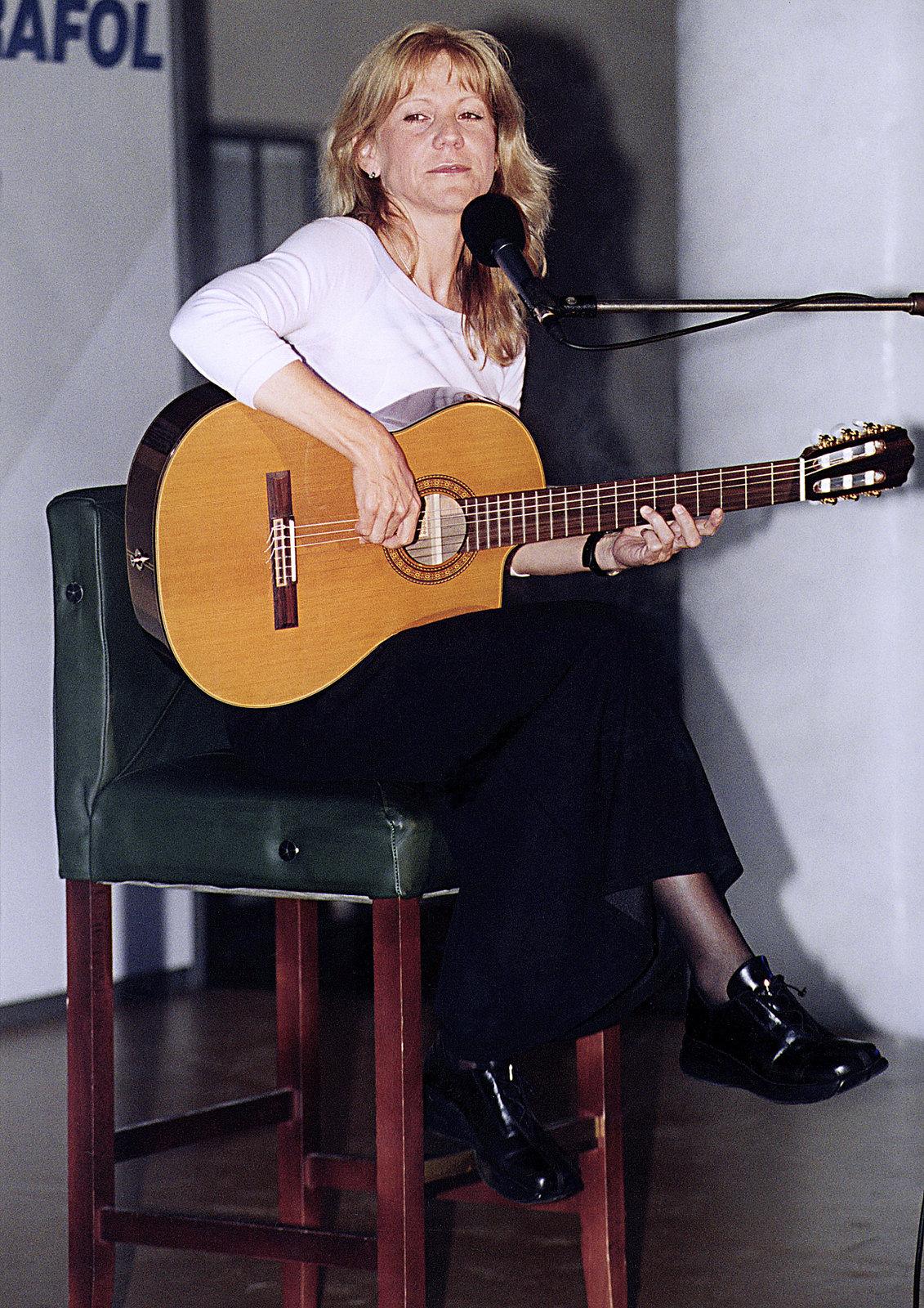 Takto vídají fanoušci zpěvačku nejraději. S kytarou na pódiu.