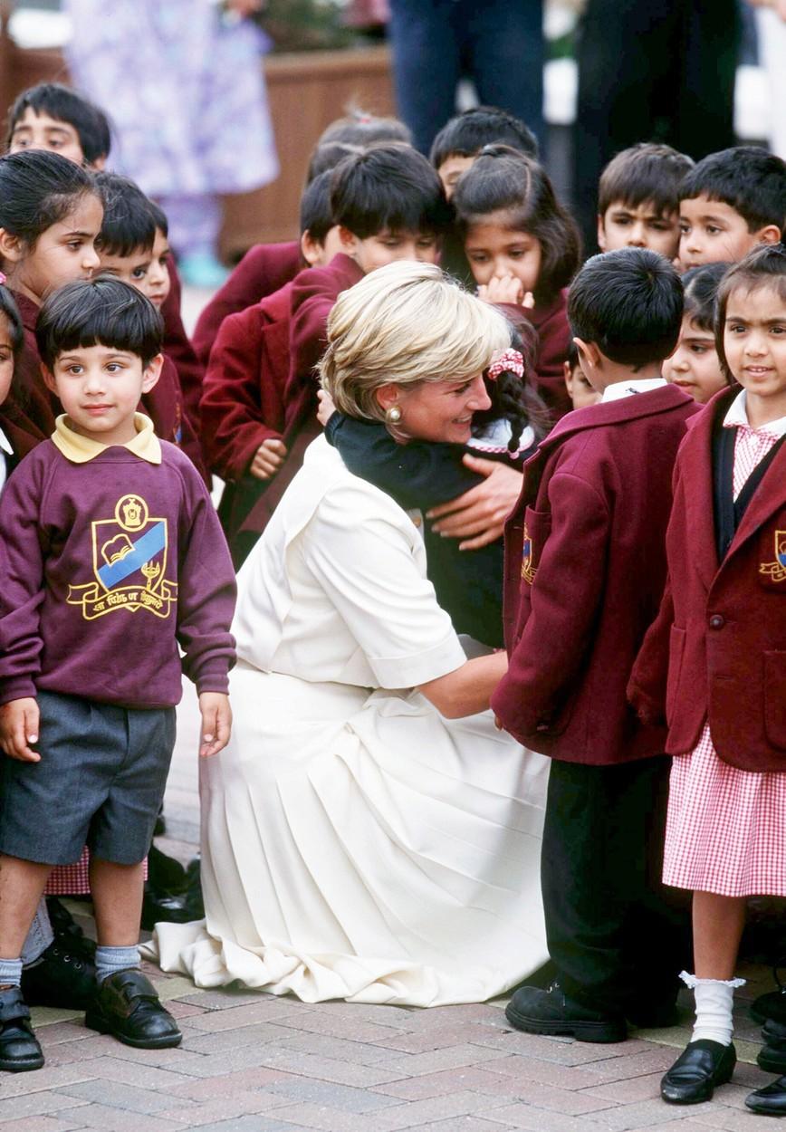 Diana objímala zejména malé děti.