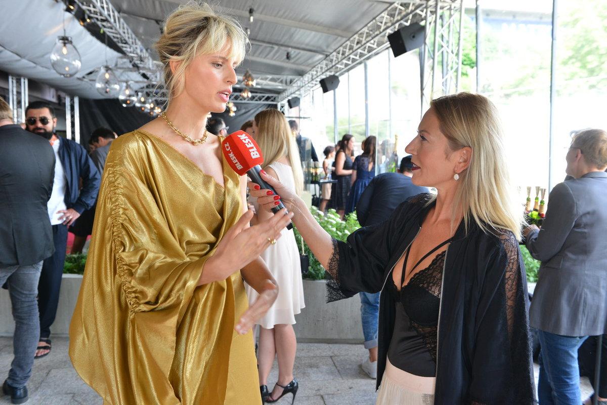 Karolina Kurková ve zlatých šatech od Viviene Westwood a šperky Tiffany