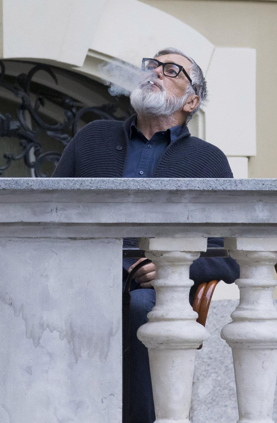 Bartoška si vychutnává každou cigaretu.