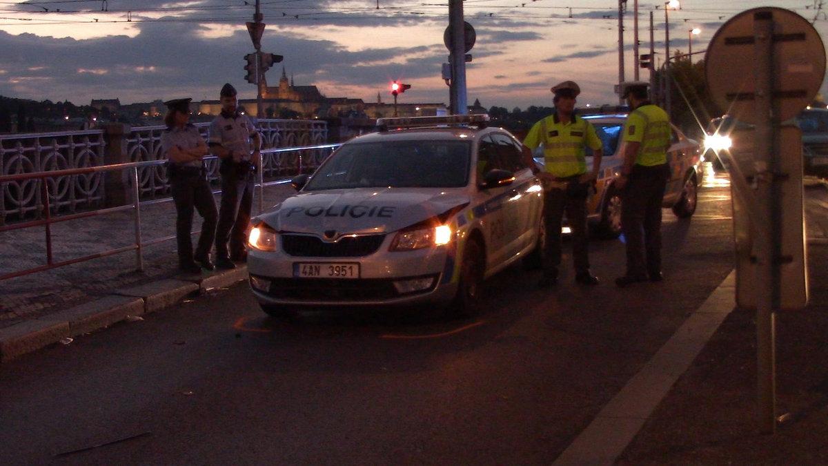 Zraněný policista byl převezen do nemocnice.