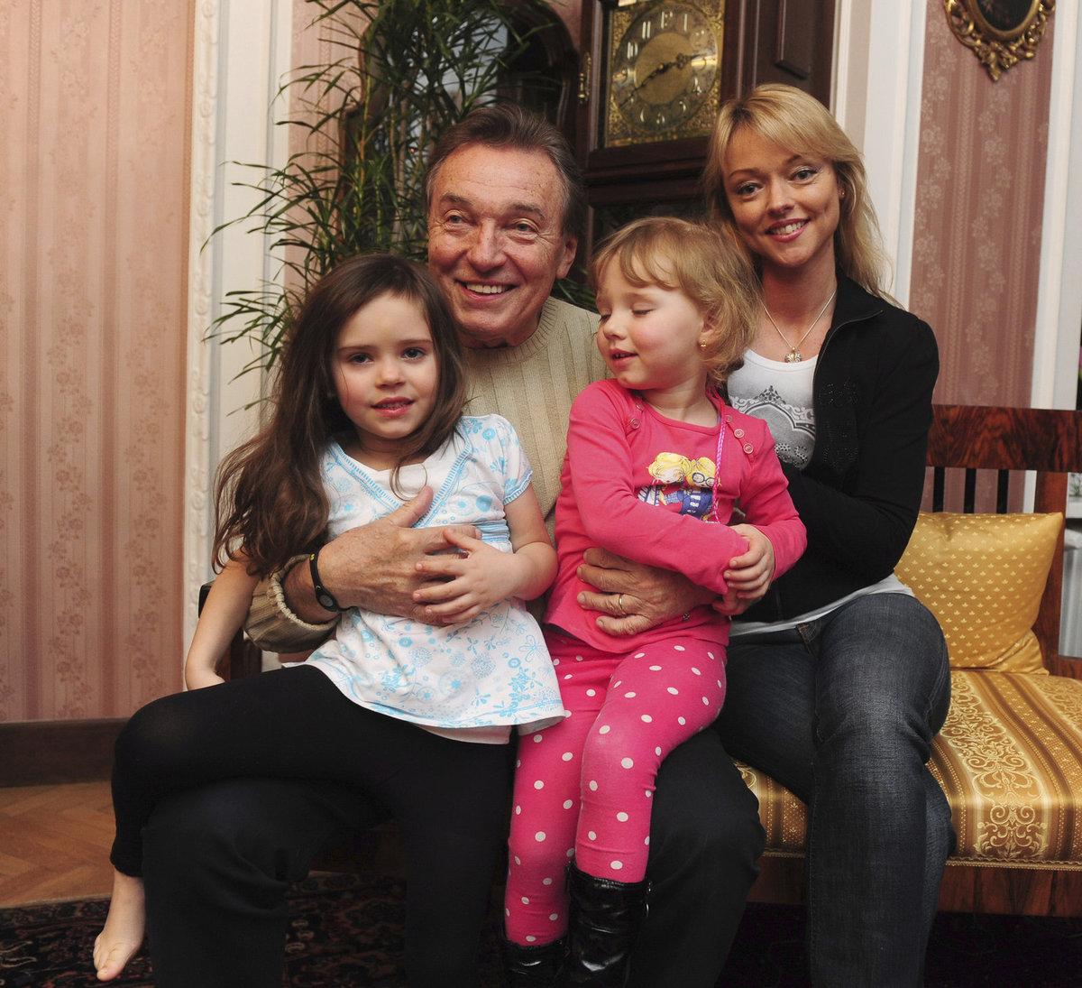 Dominika si oblíbila své mladší sestry, které má Karel s manželkou Ivanou.