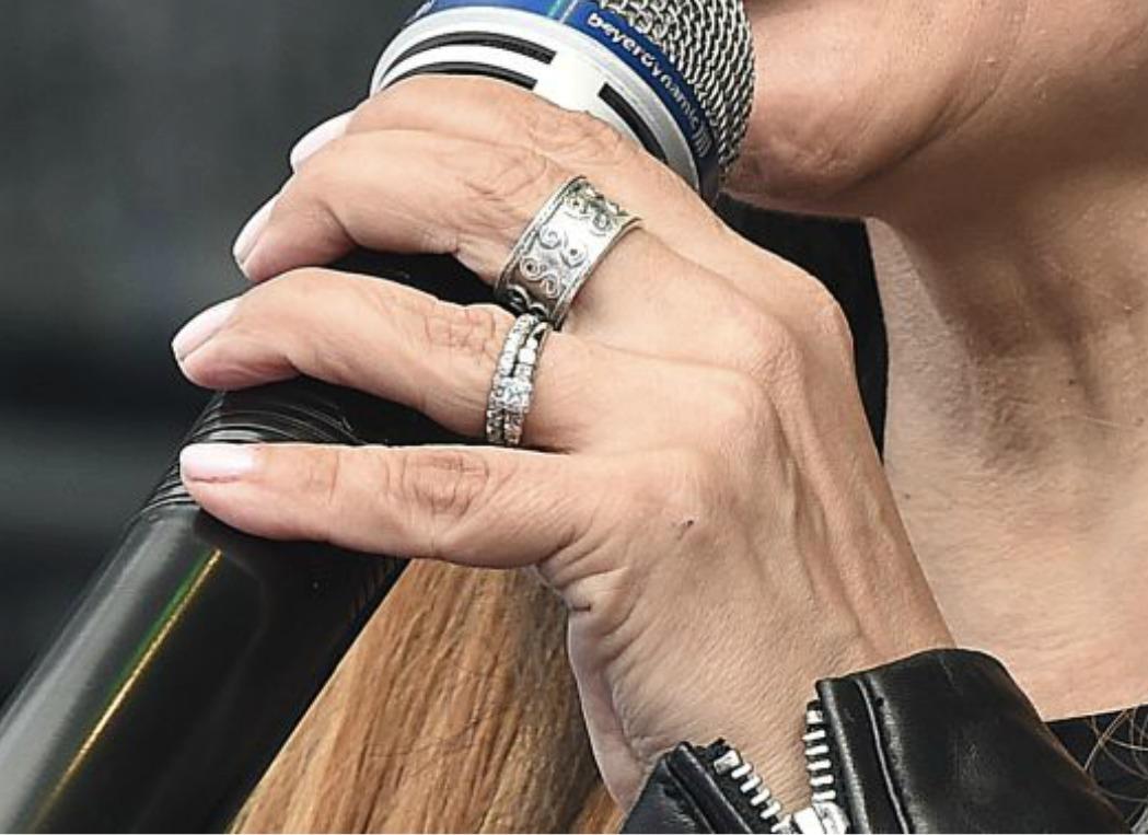 Ruku Lucie Bílé zdobí prstýnek.