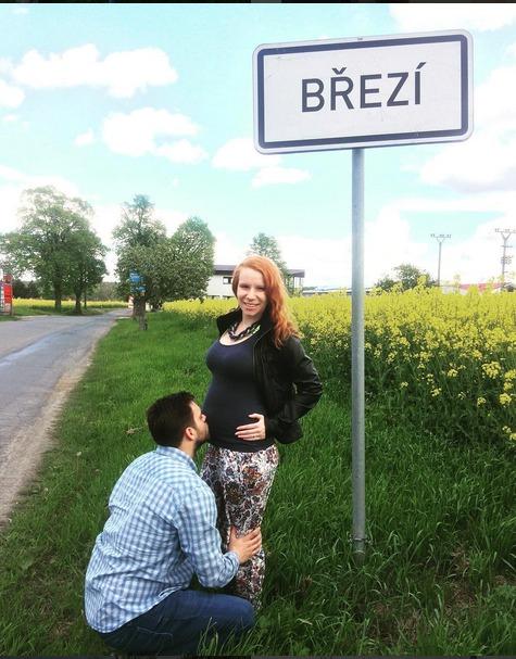 Matěj Rychlý s těhotnou manželkou.