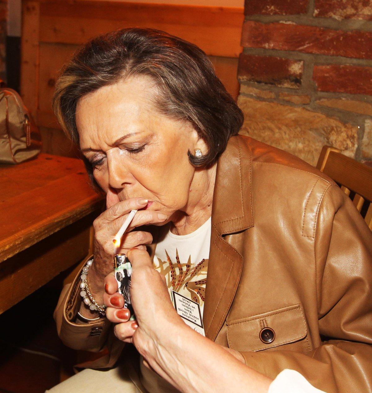 Jiřina Jirásková si cigárko neodpustila.